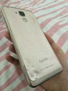 分期付款买了个手机,结果钱还没还完手机就被萨摩耶咬碎